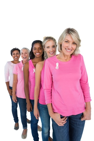 mujer rubia desnuda: Grupo de mujeres vistieron camisas de color rosa y cintas para cance del pecho en el fondo blanco Foto de archivo