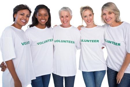 white smile: Gruppo di volontari di sesso femminile sorride alla macchina fotografica su sfondo bianco