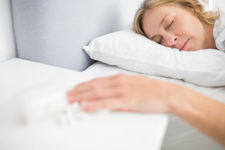overdosering: Vrouw roerloos na een overdosis pillen thuis in de slaapkamer Stockfoto