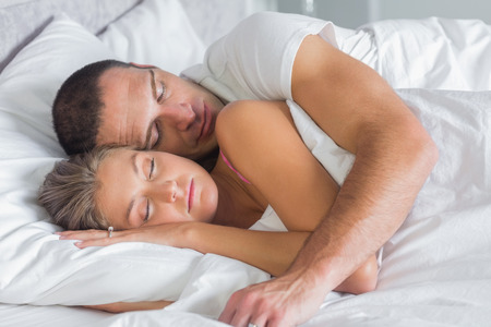 pareja durmiendo: Linda pareja durmiendo y abrazos en la cama en su casa en el dormitorio