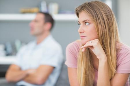 not talking: Coppia non parlare dopo una disputa sul divano in salotto a casa
