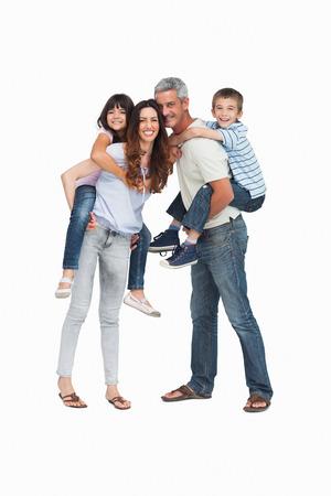 fondo blanco: Los padres que tienen sus hijos en la espalda en el fondo blanco Foto de archivo