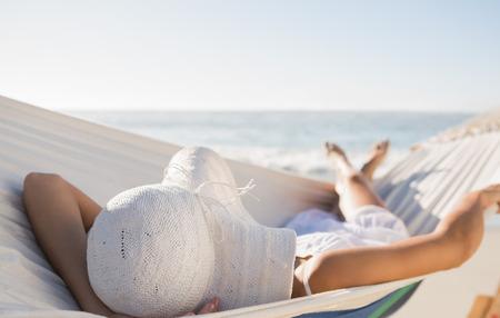 hamaca: Mujer pacífica en sunhat relax en hamaca en la playa Foto de archivo