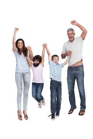 ni�o saltando: Alegre salto familia contra el fondo blanco