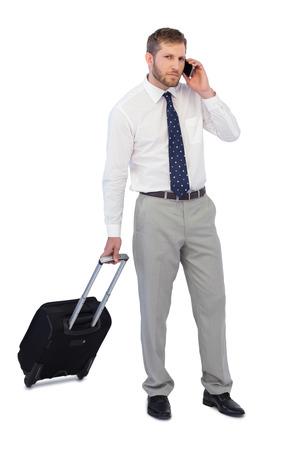 answering phone: Apuesto hombre de negocios de tel�fono de respuesta contra el fondo blanco