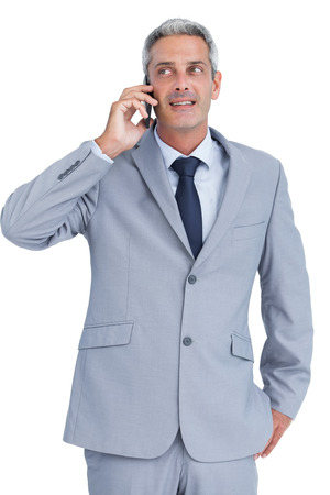 answering phone: Empresario contestar el tel�fono contra el fondo blanco