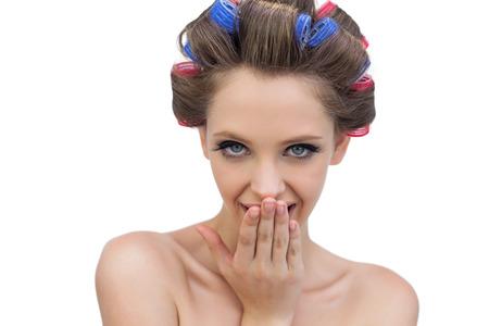 hair rollers: Jovencita Reservado posando en rodillos del pelo y mirando a la c�mara sobre fondo blanco Foto de archivo