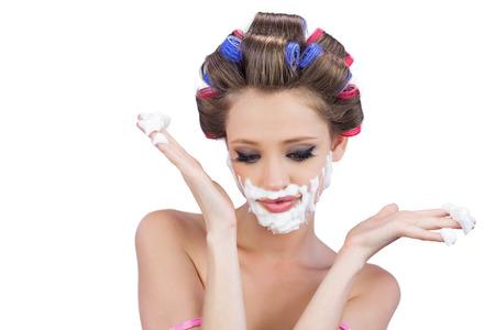 interrogativa: Mujer joven Interrogative posando con espuma de afeitar en el fondo blanco