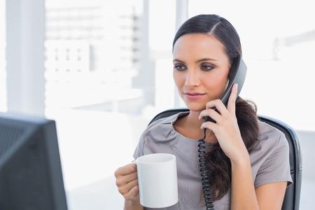 answering phone: Secretaria tel�fono contestador serio en su oficina