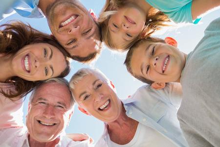Usmívající se multi generace rodiny usmívá se na kameru
