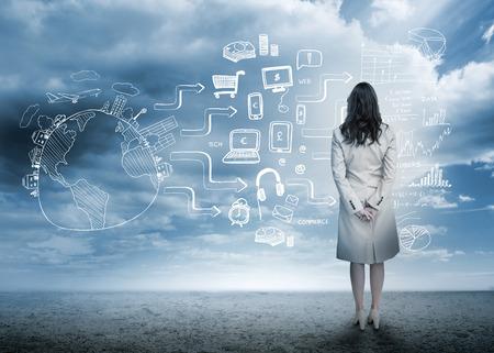 mujer mirando el horizonte: Empresaria mirando dibujos lluvia de ideas en paisaje nublado