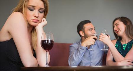 hombre solo: Mujer rubia sentir envidia de dos personas que est�n coqueteando junto a ella en un club nocturno
