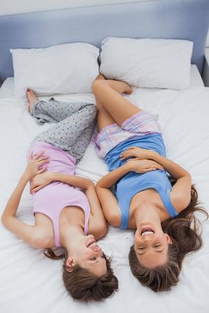sleepover: Las ni�as en pijama en la cama y se r�en de fiesta de pijamas