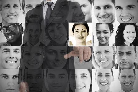 recursos humanos: Elegante empresario elegir foto de perfil en la pantalla digital