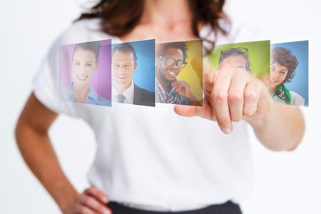 recursos humanos: Elegante empresaria seleccionar los futuros empleados en las interfaces digitales