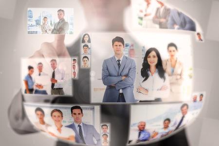 recursos humanos: Hombre de negocios concentrado seleccionar una imagen en la pantalla digital