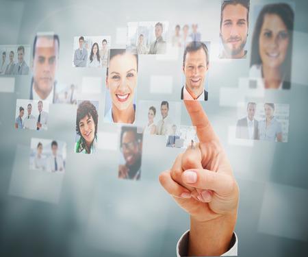 recursos humanos: Primer plano de un hombre de seleccionar una imagen de perfil en la pantalla digital