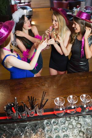 despedida de soltera: Hermosas mujeres felices que se despedida de soltera en un bar con clase Foto de archivo