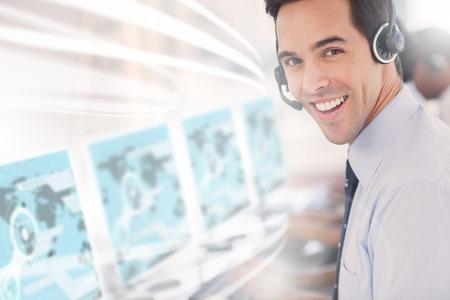 オフィスでカメラに笑顔未来的なインターフェースのホログラムを用いたセンター労働者を呼び出す