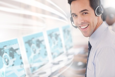 servicio al cliente: Llame a trabajador del centro mediante la interfaz futurista holograma sonriendo a la c�mara en la oficina
