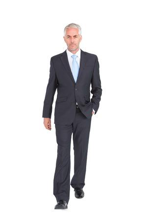 adentro y afuera: Empresario caminando a la c�mara sobre fondo blanco