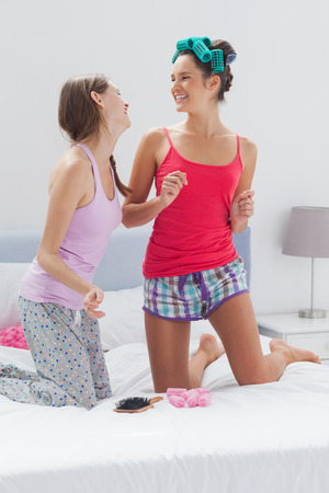 soir�e pyjama: Les jolies filles ayant l'amusement � la soir�e pyjamas � la maison Banque d'images
