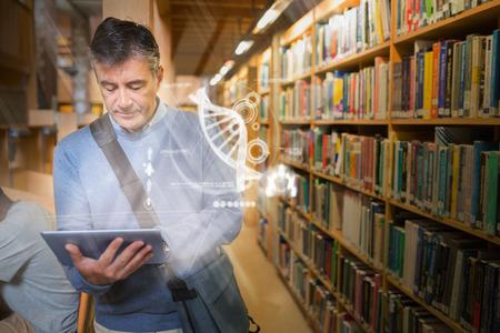 Étudiant mûr à l'aide hologramme futuriste pour apprendre la science de sa tablette debout la bibliothèque du collège