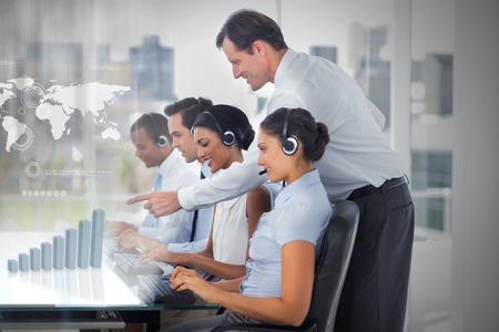 supervisores: Llame a los empleados del centro en el trabajo en interfaces futuristas que muestra el mapa y el gráfico con el supervisor en la oficina