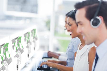 servicio al cliente: Los trabajadores del centro de llamadas en el trabajo en interfaces futuristas que muestran mapas en oficina brillante moderna