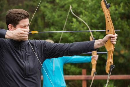 boogschutter: Knappe man het beoefenen van het boogschieten op de boogschietbaan Stockfoto