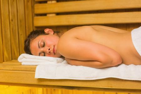 sauna nackt: Ruhe Br�nette liegend in einer Sauna und entspannt auf wei�en Handtuch Lizenzfreie Bilder