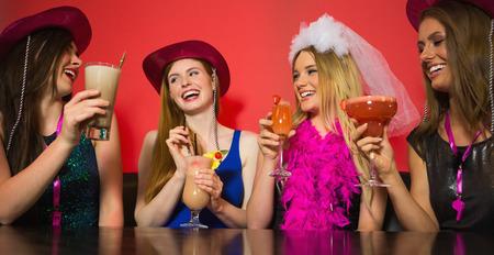 despedida de soltera: Chateando amigos que se despedida de soltero que llevaba sombreros Stetson y la celebración de cócteles