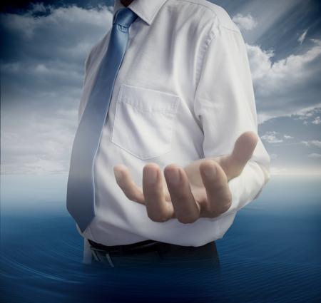 cielos abiertos: Mediados de sección de hombre que muestra la mano abierta en el fondo del cielo