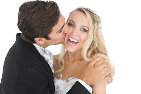 hombres besandose: Novio hermoso que besa a su esposa en la mejilla mientras abraza a su