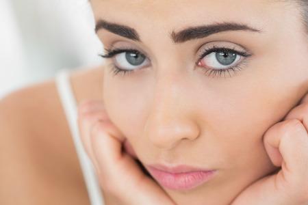 desolaci�n: Hermosa mujer triste mirando a la c�mara de cerca