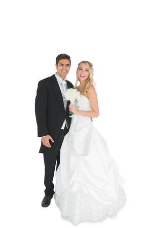 pareja de esposos: Pareja casada joven alegre posando sonriendo a la cámara sobre fondo blanco Foto de archivo
