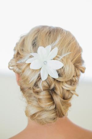 tied hair: Vista posteriore della sposa bionda con un taglio di capelli chic Archivio Fotografico