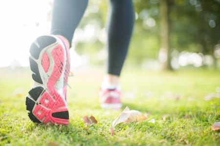 Close up Bild von rosa Sohle aus Laufschuh in einem Park an einem sonnigen Tag