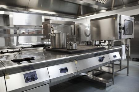 Foto van volledig uitgeruste professionele keuken in fel licht