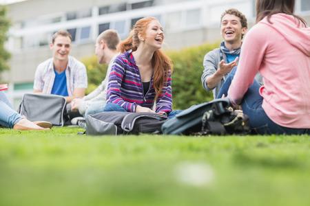공원에 앉아 젊은 대학생의 그룹 스톡 콘텐츠
