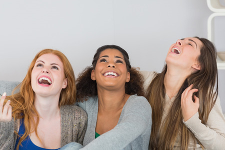laughing out loud: Alegres j�venes amigos riendo en voz alta en casa Foto de archivo