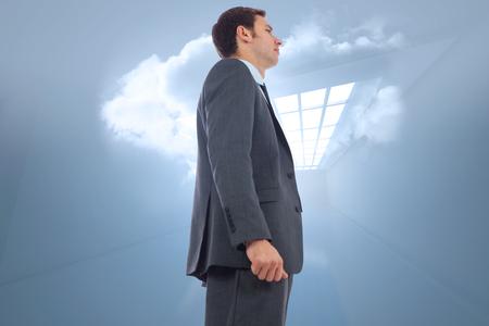 holographic: Uomo d'affari in piedi contro Stern camera con nube olografica