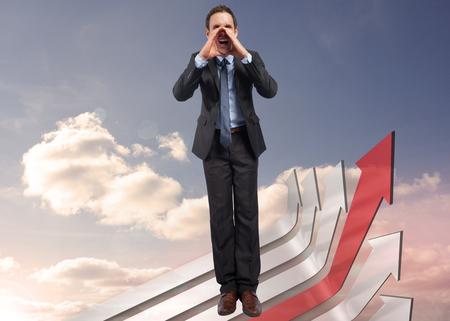 flechas curvas: Gritando hombre de negocios contra flechas curvas rojas y grises apuntando contra el cielo Foto de archivo