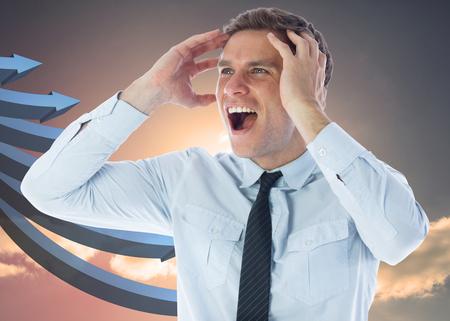 flechas curvas: Destac� el empresario gritando contra flechas curvas azules apuntando contra el cielo