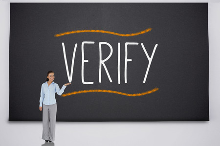 verify: Businesswoman presentando la parola verifica