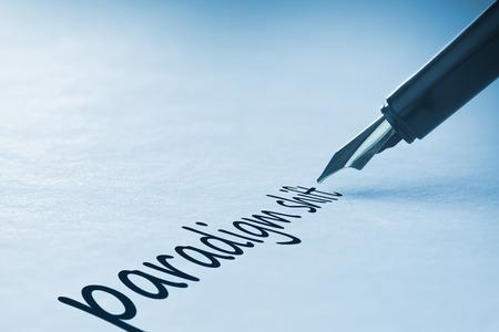 paradigma: Pluma de escribir la palabra cambio de paradigma