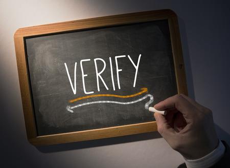 verify: Scrivendo la parola Mano verificare sulla lavagna nera
