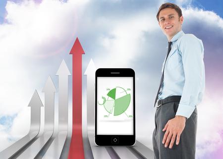 flechas curvas: Hombre de negocios feliz de pie contra flechas curvas rojas y grises hacia arriba contra el cielo