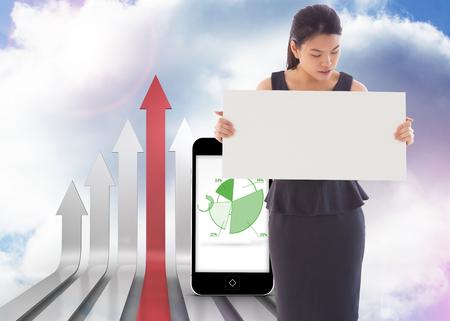 flechas curvas: Empresaria que sostiene una pancarta contra las flechas curvadas rojo y gris apuntando hacia arriba contra el cielo Foto de archivo