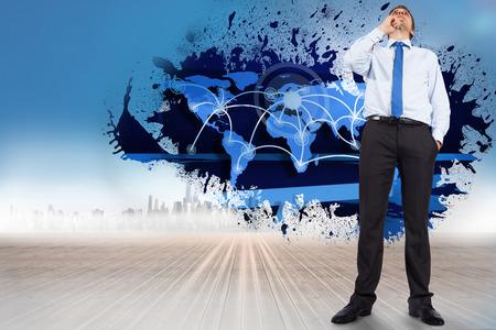 negocios internacionales: Pensando empresario tocar la barbilla contra las salpicaduras mostrando los negocios internacionales
